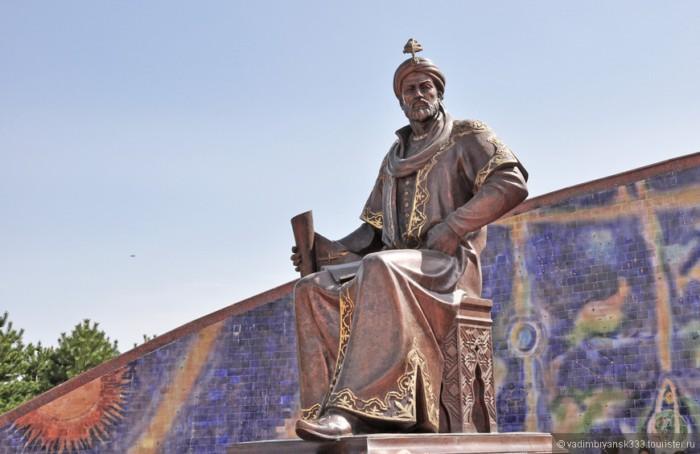 Современный памятник Улугбеку